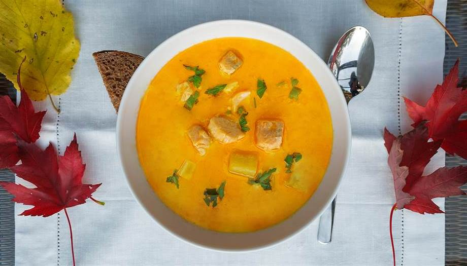 Lachsforellen Curry Suppe